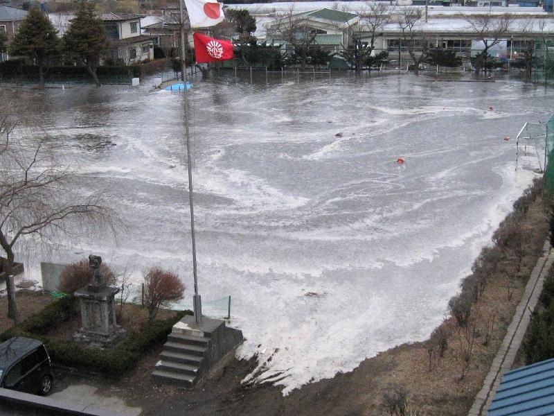 校庭に押し寄せる津波